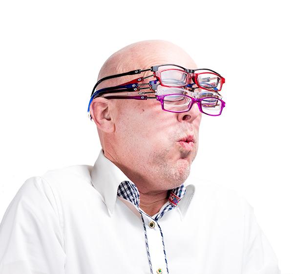 Man met een heleboel Easy Reader magneet leesbrillen